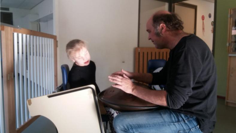 Muziektherapie helpt Fenna bij haar concentratie